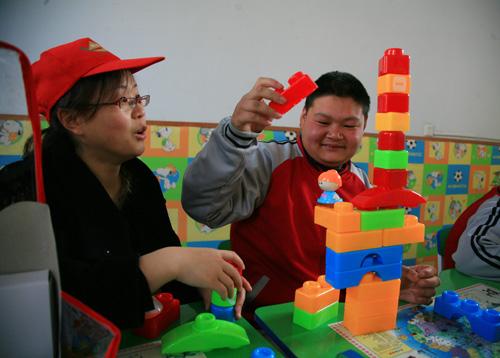 """学简笔画,折千纸鹤,做游戏,并为孩子们带来了精心准备的精彩节目;"""""""